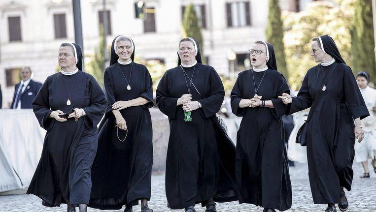Nonnen bezoeken een mis in Rome. De nonnen op deze foto zijn niet de nonnen die het manifest hebben geschreven. Beeld epa