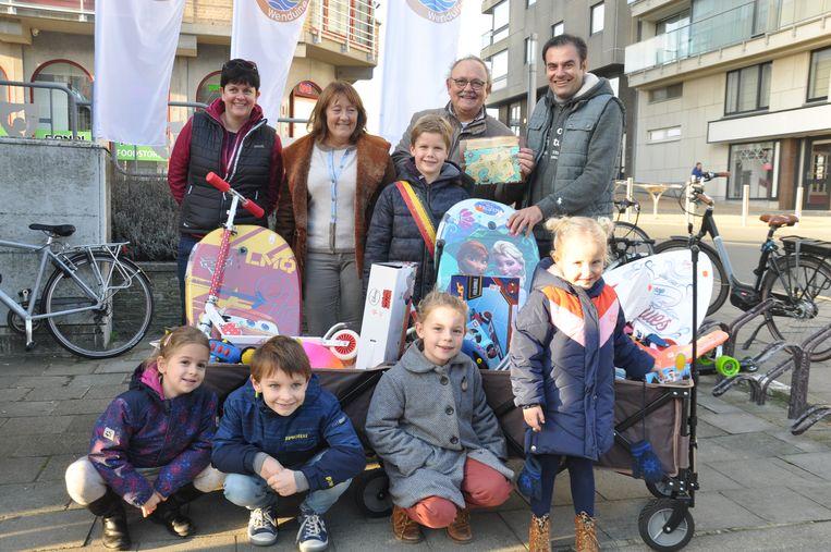 De winnaars van de schattenzoektocht van Actief Wenduine kregen een bolderkar vol speelgoed.
