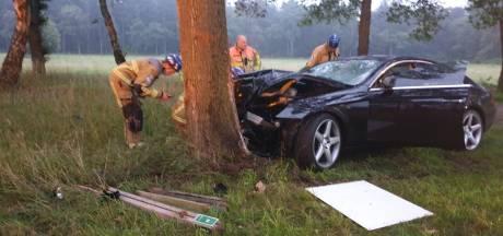 Auto botst tegen boom in Boekelo, persoon gewond