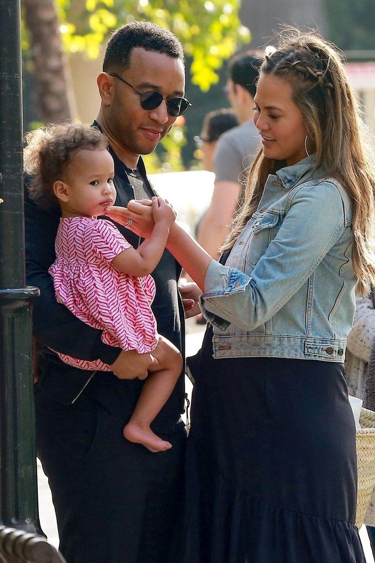 Luna met papa John en mama Chrissy.