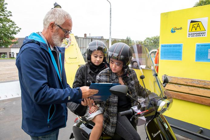 Vrijwilliger Stanny Gijsel zamelde maandagochtend handtekeningen in op de pont van Sluiskil.