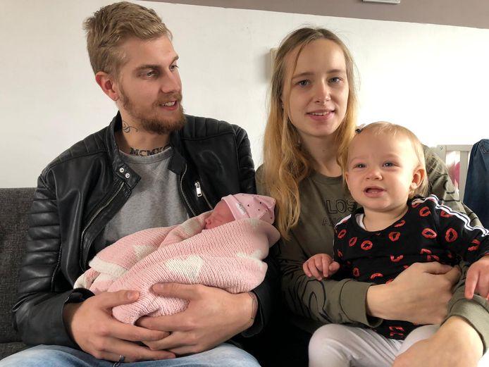 Melissa Klaster en haar vriend Davey Lemke uit het Friese Grou werden op de minuut af exact een jaar later ouders van hun tweede dochter Skye.