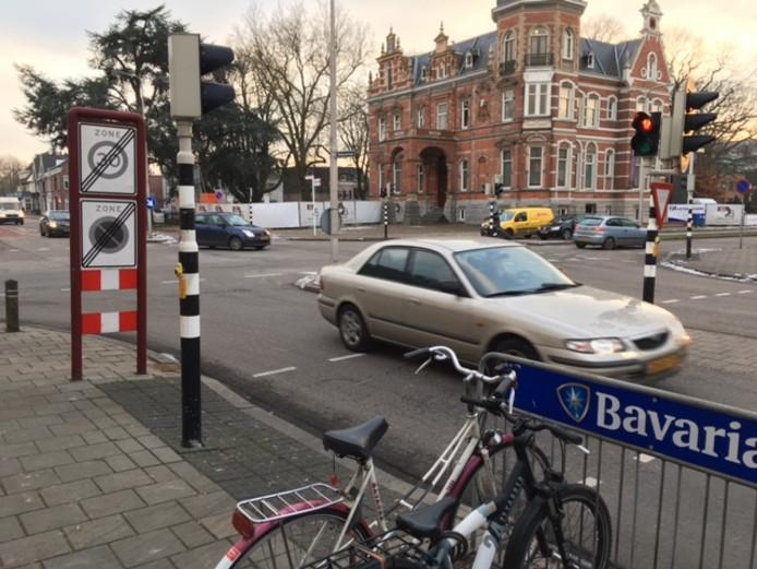 De gemeente zet in op de aanleg van een rotonde om Raadhuislaan, Molenstraat en Oostwal te verbinden.
