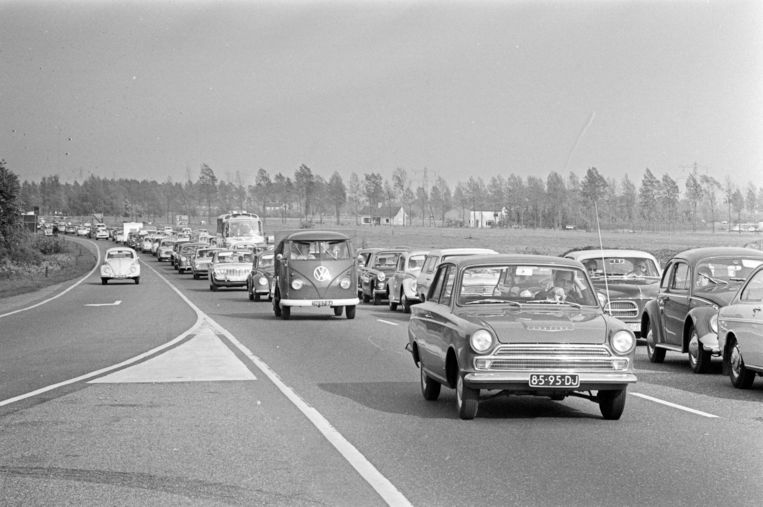 Een rij met auto's in 1967. Beeld anp