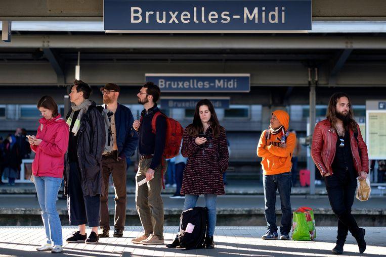 Mensen wachten in Brussel-zuid op hun trein.