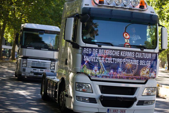 Les forains, venus de toute la Belgique, ont joué du klaxon sur le trajet. Deux bâches portant des messages appelant à sauver la culture de la foire belge ont été accrochées au-dessus des tunnels pour le public, et rue de la Loi pour les ministres.
