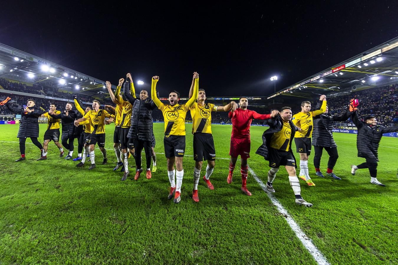De spelers van NAC vieren feest na een overwinning tijdens een Avondje NAC.