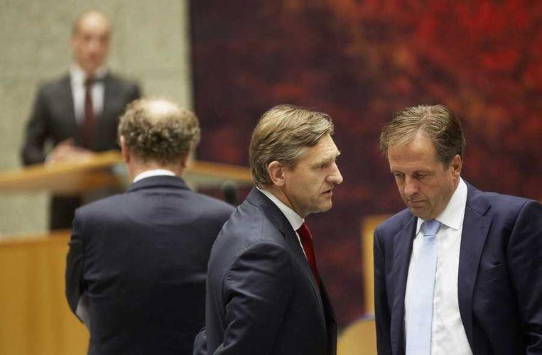 CDA-leider Sybrand Buma en D66-leider Alexander Pechtold (R), met op de achtergrond GL-leider Bram van Ojik en PvdA-fractievoorzitter Diederik Samsom tijdens de Algemene Politieke Beschouwingen in de Tweede Kamer. Beeld anp