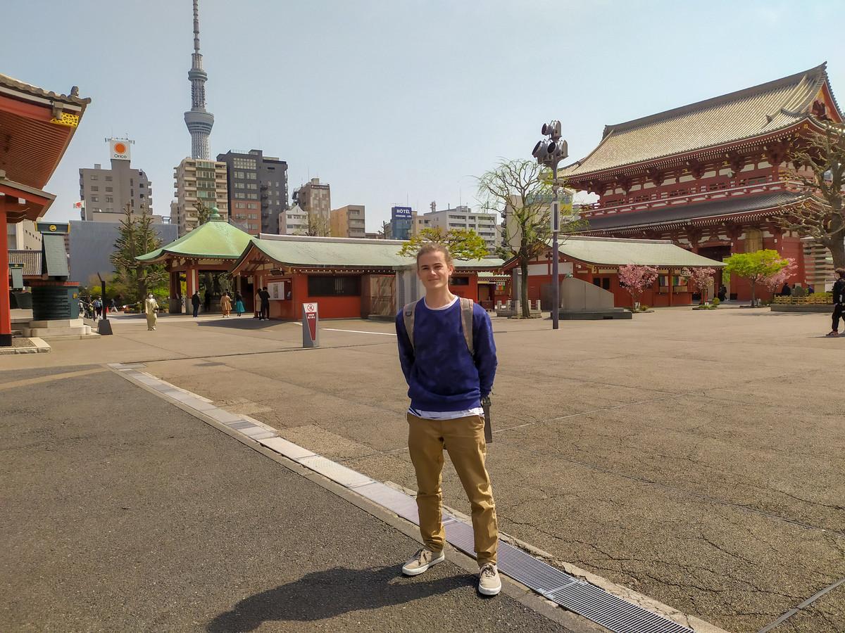 Thomas Op den Kamp in Tokio, met op de achtergrond de bekende Sensoji-tempel.