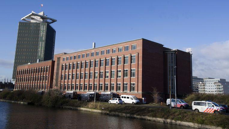 Januari 2012: De ME en de politie hebben een gebouw op het voormalige Shellterrein in Amsterdam-Noord ontruimd. Het Groot Laboratorium werd eind vorig jaar gekraakt. Beeld anp