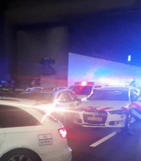 Automobilist ramt vol in op twee politieauto's na achtervolging bij Hilversum
