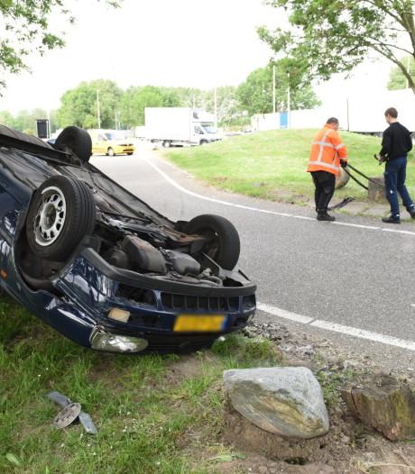 Auto over de kop langs de A12 bij Bunnik, geen gewonden