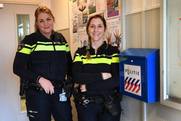 Renske van Dijk (l) en Janine van der Steenhoven bij de brievenbus in Langenboom. foto Ed van Alem