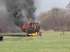 Brandweer de wei in voor uitgebrande shovel in Holten