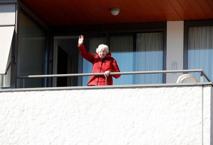Sjaan Visser-Maliepaard zit al tien dagen alleen in haar appartement in Sommelsdijk. Twee bewoners in haar gang zijn overleden aan het coronavirus.