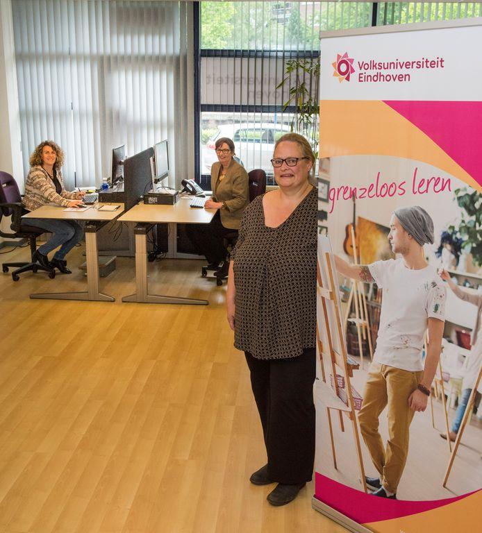 Mirjam Vermeulen (r) en haar collega's in het nieuwe gebouw van de Volksuniversiteit (Regio) Eindhoven.