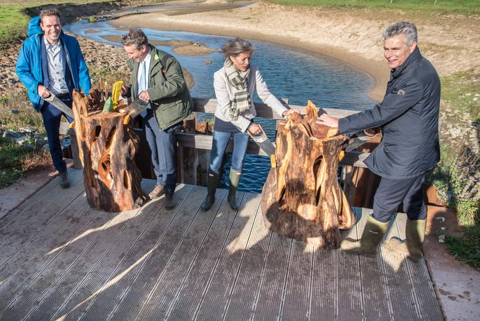 Het officiële slot van de werkzaamheden: Dolf Atteveld (aannemer), Piet Wintermans (Staatsbosbeheer), Tanja Klip-Martin (Waterschap Vallei en Veluwe), Jos van Hees (Rijkswaterstaat) zagen een kunstwerk door boven een geul in de Welsumerwaarden.