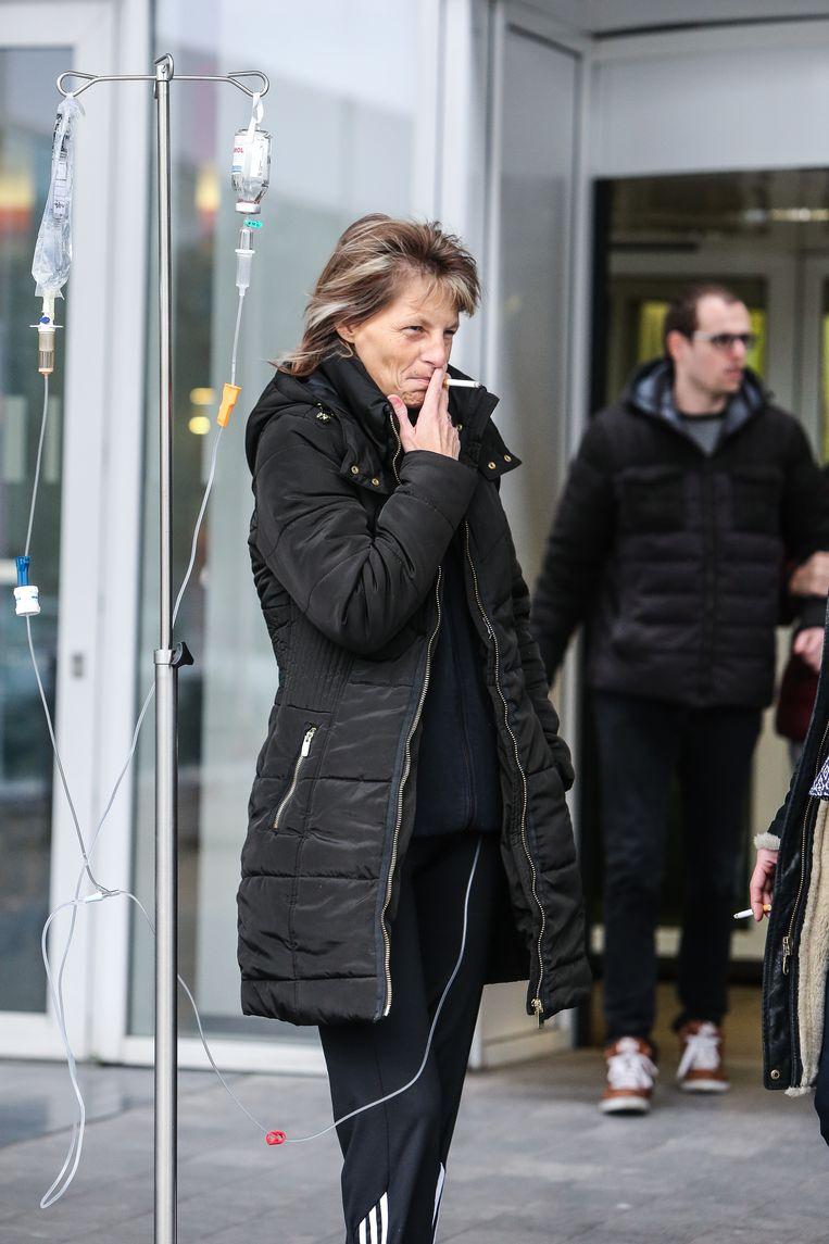 Vooral Nederland is patiënten die aan de ingang roken liever kwijt dan rijk.