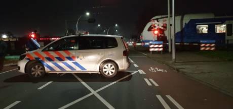 Automobilist komt goed weg na aanrijding met trein in Hengelo