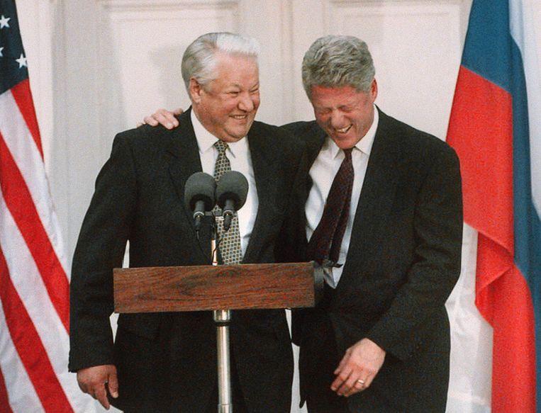 Voormalige president Bill Clinton schaterlacht als zijn Russische collega Boris Jeltsin een grap maakt. Beeld afp