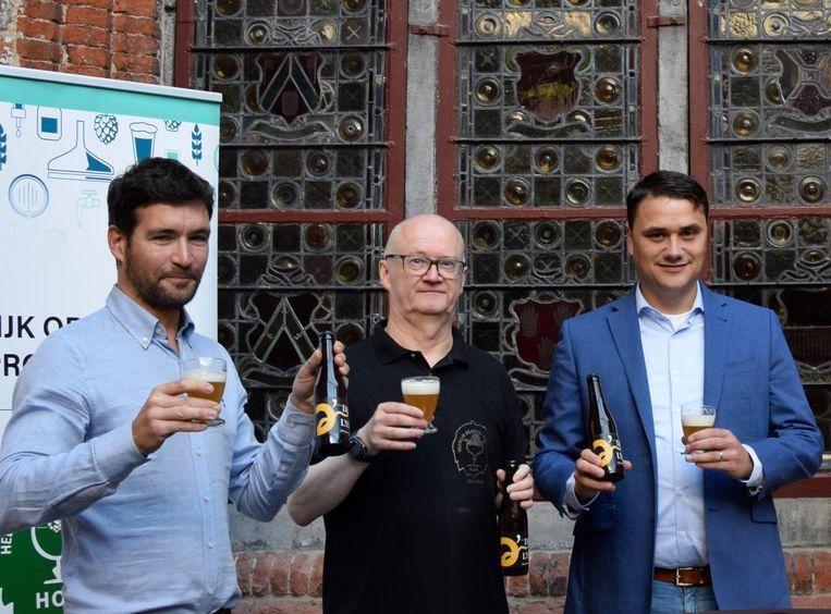 Geert Toye, Carl van HOP en Filip Wallays van Agristo proeven zelf maar al te graag van het goudblonde biertje met water uit de 'gouden rivier' de Leie'.