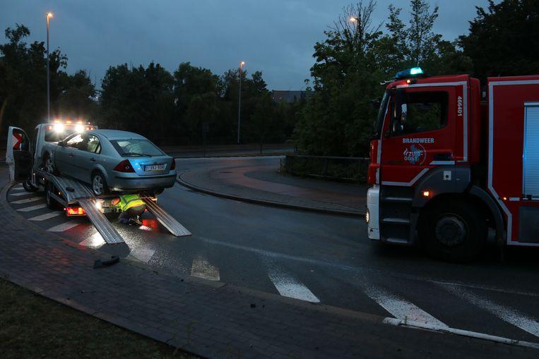 De takelwagen slipte op een olievlek aan de afrit.