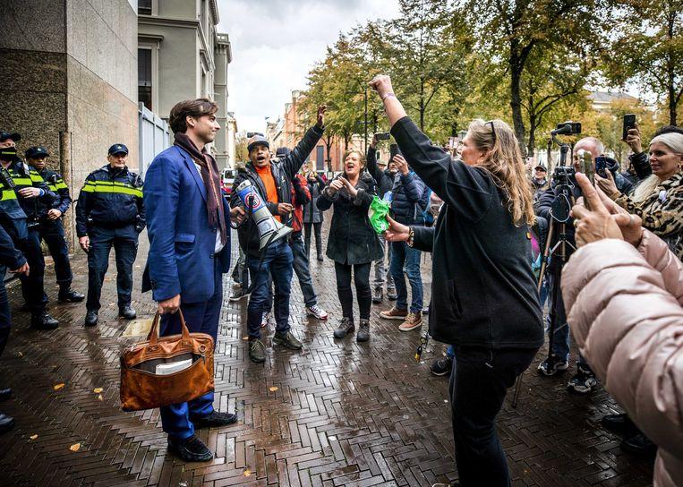 FvD-leider Thierry Baudet spreekt woensdag op het Plein in Den Haag betogers toe die zich keren tegen de coronamaatregelen.  Beeld EPA