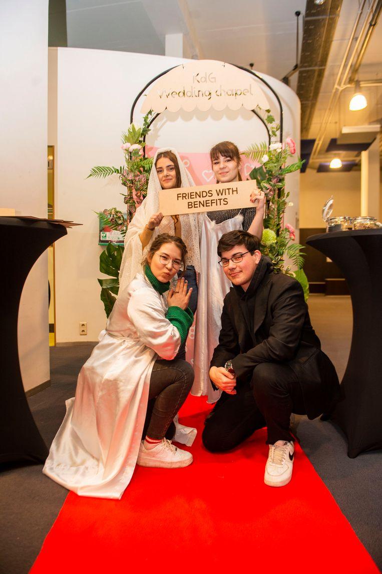 Kamila, Elina, Arne en Larza 'trouwen' in de Wedding chapel van de Karel de Grote Hogeschool.