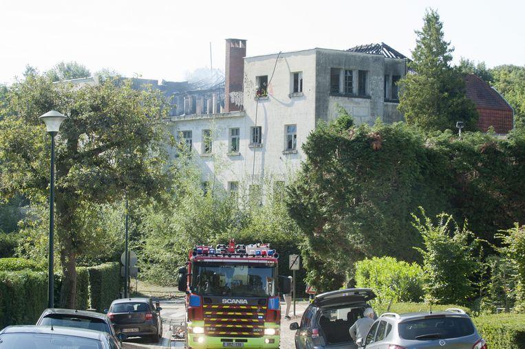 De brandweer moet het houten dak nog een lange tijd nablussen.
