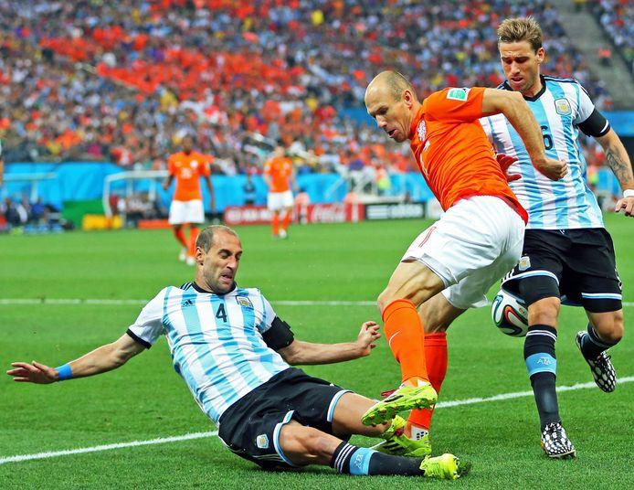 Pablo Zabaleta zet een sliding in op Arjen Robben op 9 juli 2014 tijdens de halve finale van het WK.