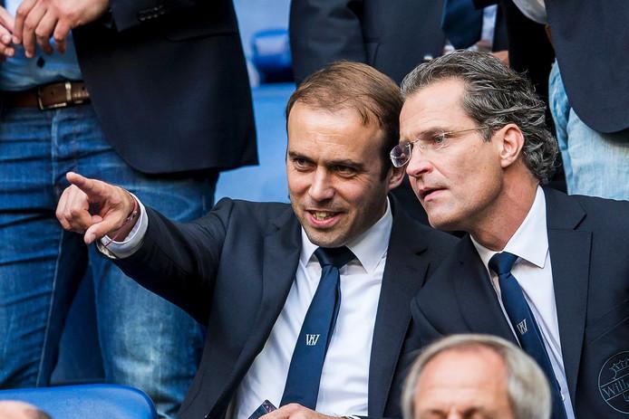 Joris Mathijsen (l) met Willem II-directeur Berry van Gool.