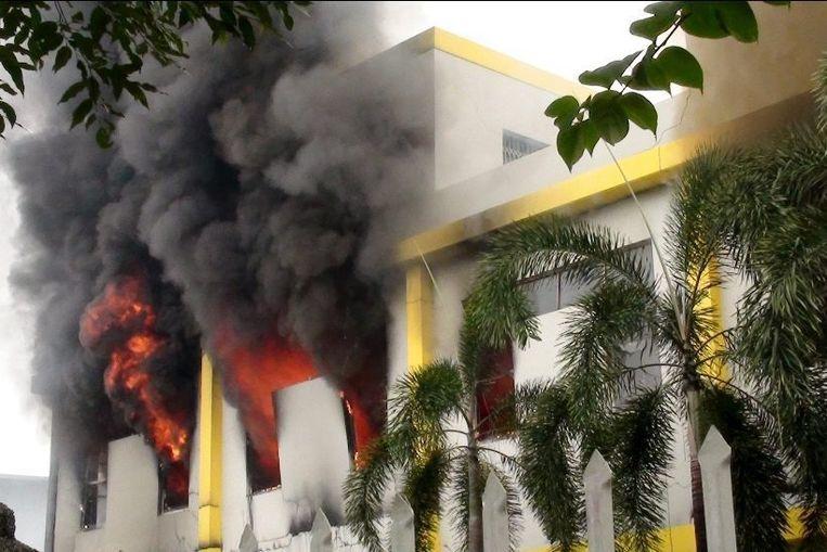 Bij de protesten gingen naast Chinese ook Taiwanese en Zuid-Koreaanse bedrijven in vlammen op. Beeld epa