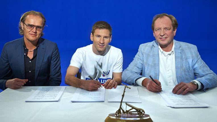 Messi, geflankeerd door Patrick Oud en Joost Blom van Easy2Company, tekent het reclamecontract. Beeld