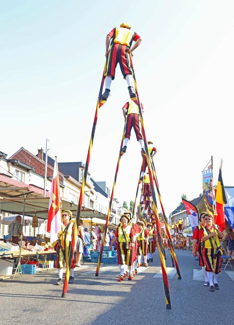 De Steltenlopers trokken gisteren door de straten van Merchtem, waar de wekelijkse markt plaatsvond.