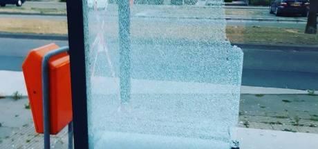 Twee bushokjes vernield in Veldhoven, met katapult vanuit rijdende auto