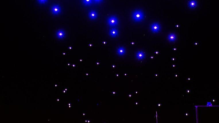 De driehonderd drones zijn alleen te zien als de lampen aan zijn. Zijn ze uit, dan is er enkel een indringend gezoem te horen Beeld Mats van Soolingen