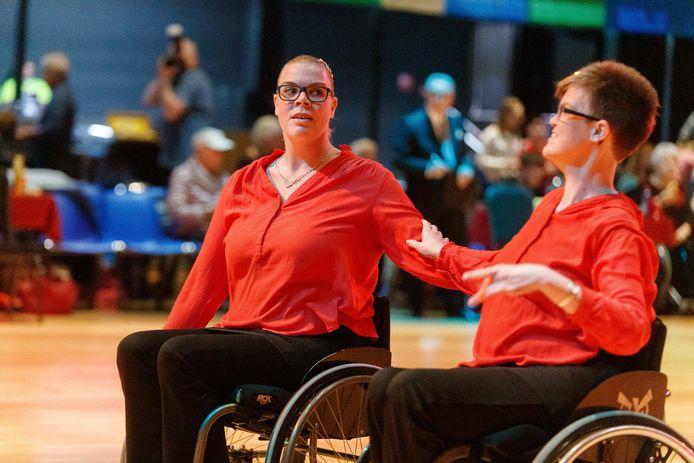 Het koppel Miranda en Jacqueline Weitering in actie op de dansvloer.