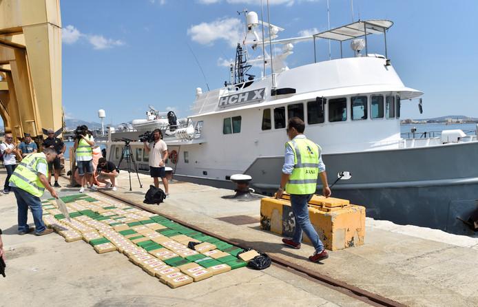 Het in beslag genomen motorjacht van Rob G. (54) uit Schagen in de haven van Palma de Mallorca met op de kade de 336 kilo cocaine.