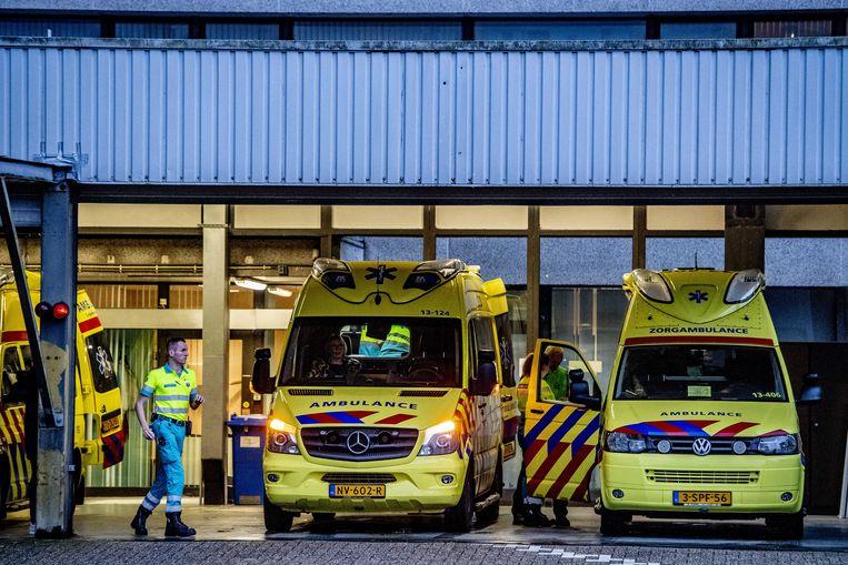Archiefbeeld van een ambulance die het terrein van het MC Slotervaart verlaat.  Beeld ANP