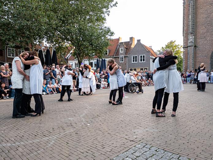 De dansvoorstelling van het vrouwengezelschap van Cie Théâtre du voyage intérieur toont een half uur lang scenes over zusterschap.