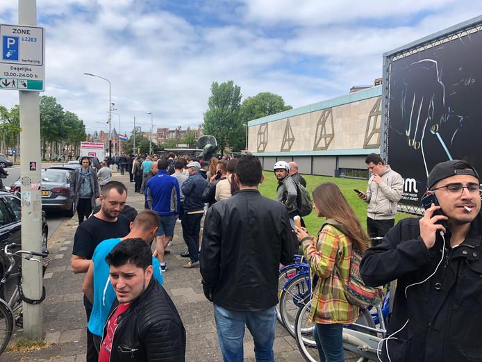 Sommige kiezers zagen hun kans schoon om een ijsje te halen tijdens het wachten.