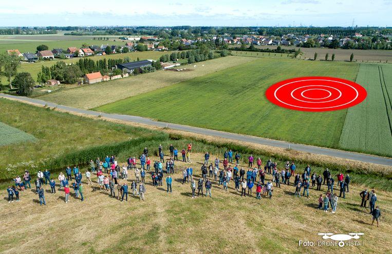 De buurt verzamelde zopas nabij het terrein waar de windturbines zouden komen (rode cirkel). Aan de linkerzijde zie je de Vagevuurwijk.