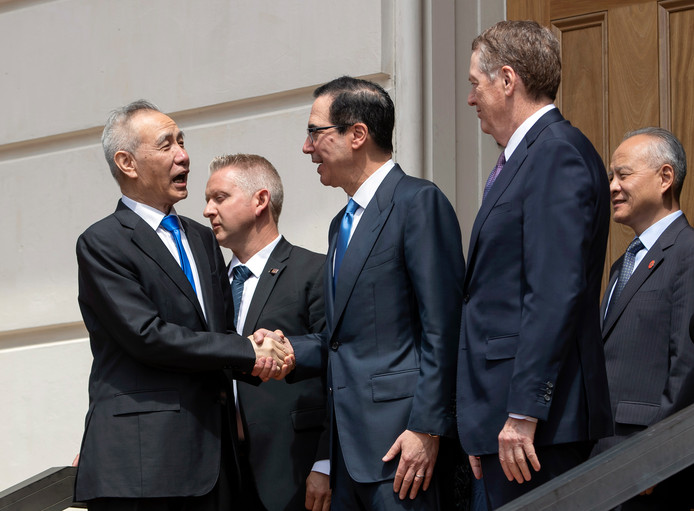 De Chinese vicepremier Liu He (links) neemt afscheid van de Amerikaanse minister van Financiën Steven Mnuchin (midden) en handelsgezant van de VS Robert Lighthizer (rechts) na de handelsbesprekingen van vrijdag.