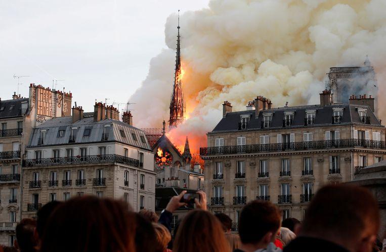15 april 2019. De Notre-Dame staat in brand. Beeld Reuters