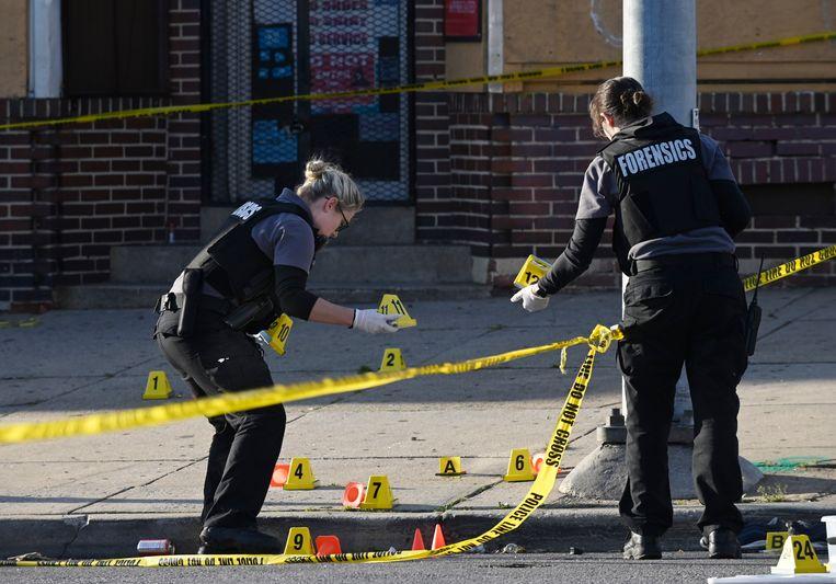 De politie is aan het werk op de plek waar de schietpartij plaatsvond.