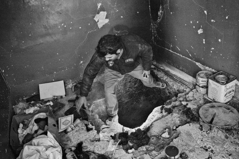 Door IS achtergelaten munitie, drugs en andere spullen in een tunnel. Beeld Eddy van Wessel