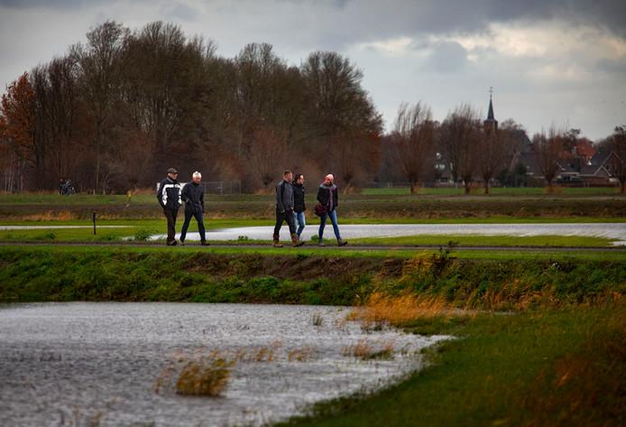 Rondkijken in waterbergingsgebied de Blauwe Poort in Beek en Donk.