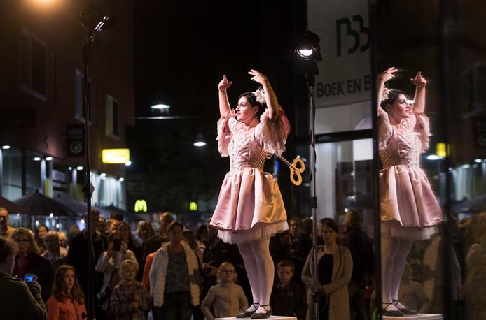 Bezoekers verdringen zich om een deelneemster aan Statues by Night in Ede in 2017.