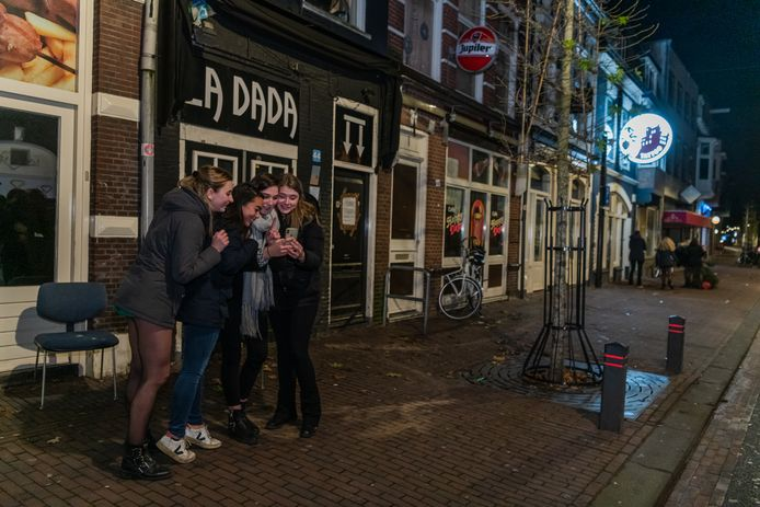 Het is stil in de 2de Dorpstraat nu LaDada en Happy Days dicht zijn. Noa, Lizzy, Charlotte, Anne-Fleur, Annefloor, Katoo, Annelieve vinden het jammer dat LaDada gesloten is.