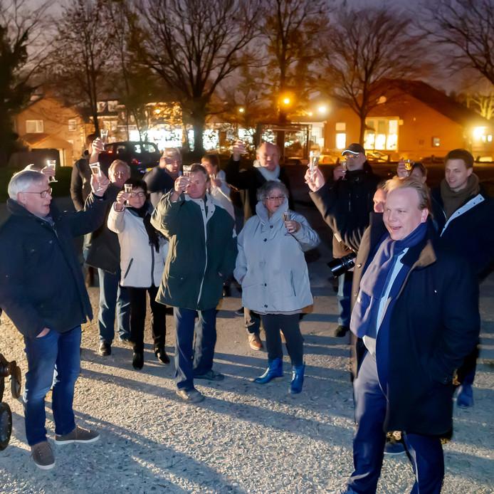 De gemeente Moerdijk gaat de Bult van Pars aanpakken en saneren. Donderdag was daarvoor in het pikkedonker een officieel momentje met onder andere omwonenden en wethouder Thomas Zwiers.